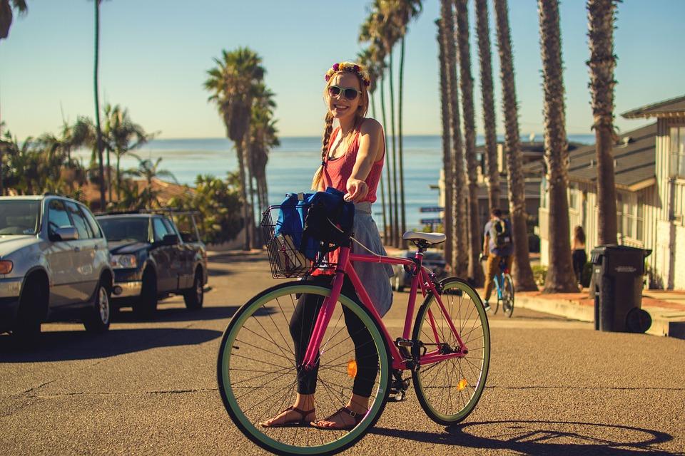 žena s ružovým bicyklom