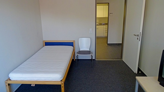 Malá posteľ s odkrytým matracom.jpg