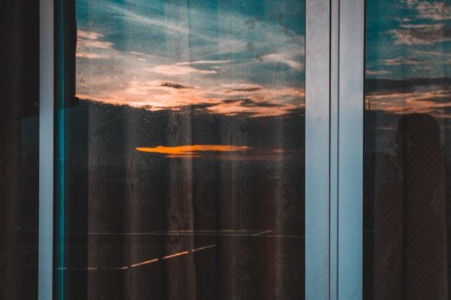 Detail na okno s hliníkovým rámom