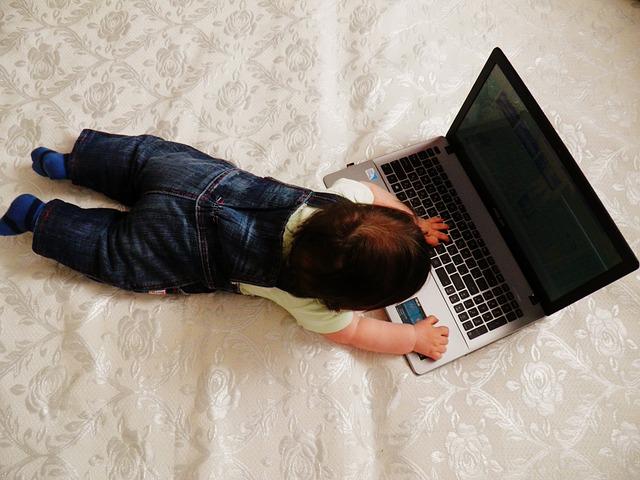 dieťa pri notebooku.jpg