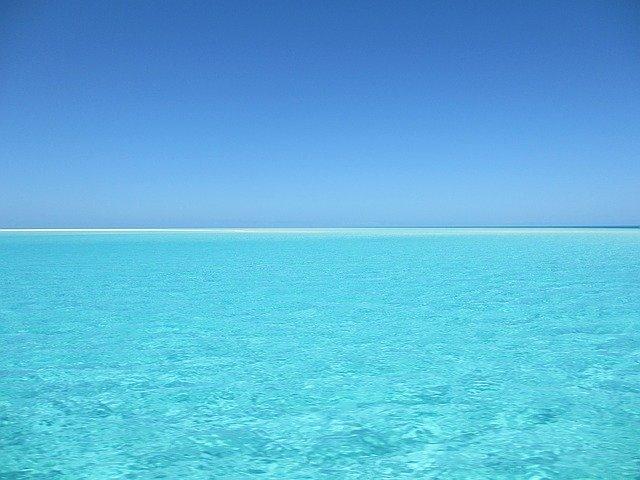 Tyrkysovo modré more a jasná obloha.jpg