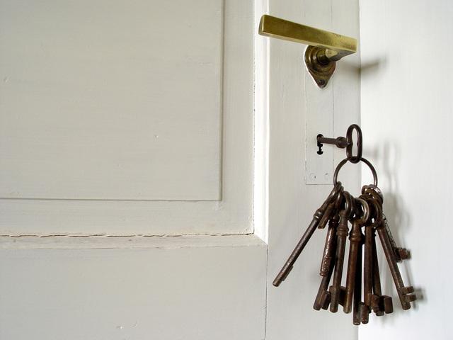 Biele dvere, kľúče.jpg