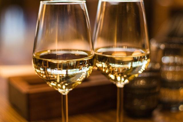 Dva poháre s bielym vínom.jpg