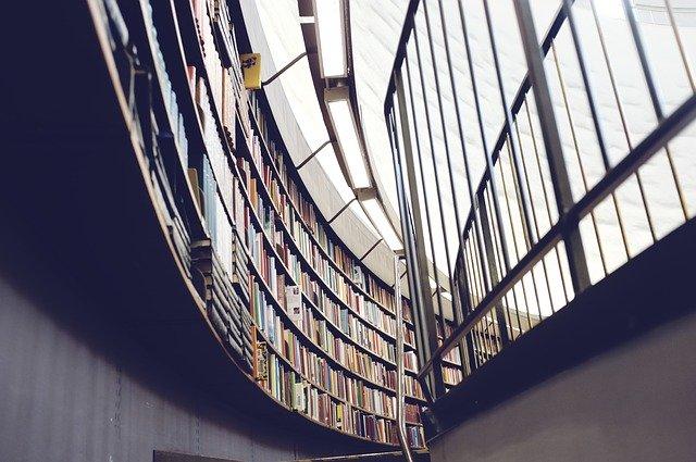 zábradlie v knižnici.jpg