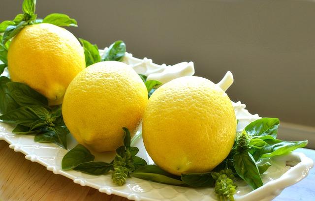 citróny položené na miske.jpg