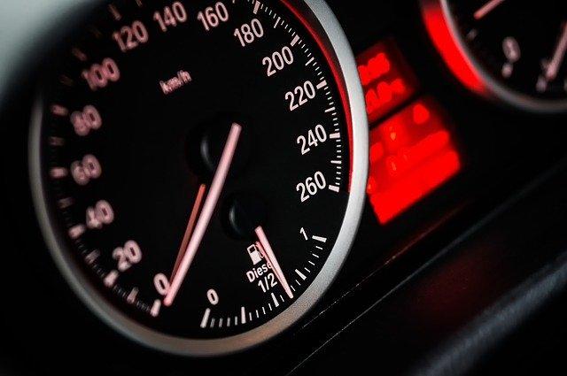 tachometer na aute.jpg