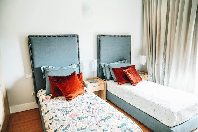 Dve úzke postele vedľa seba