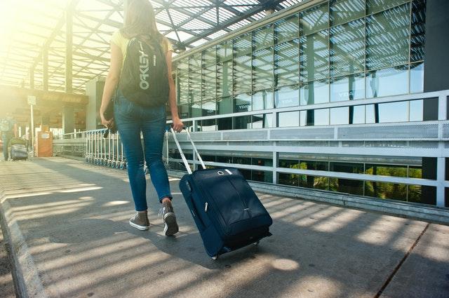 Mladá žena cestuje